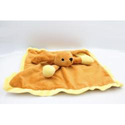 Doudou plat chien lapin marron jaune DANS UN JARDIN