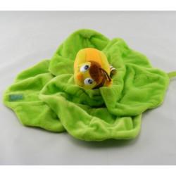Doudou plat lapin gris sur salade verte SCRATCH